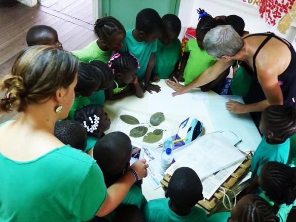 Chantal Geniez fait la démonstration des techniques de mise en herbier aux élèves de Grande GS CP Eva Stenna © Sophie Gonzalez